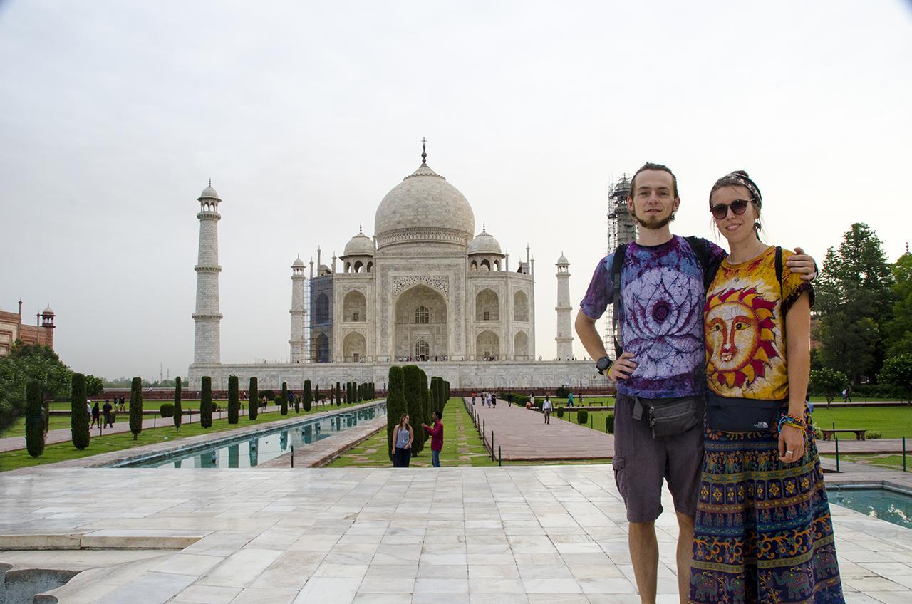Marius ir Rūta prie vieno žymiausių statinių - Tadžmahalo mauzoliejaus, Indijoje (Agros mieste). Asmeninio archyvo nuotr.