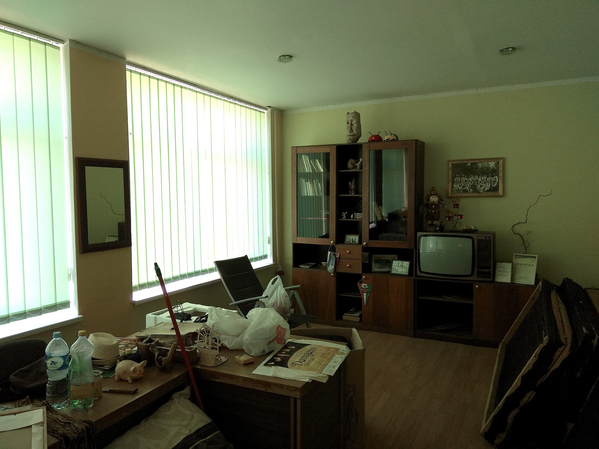 Dabar Truskavos kultūros centro darbuotojai glaudžiasi štai tokiuose, nešildomuose ir drėgnuose  kabinetuose, kur pelija jų rūbai, genda instrumentai. D. Kuprijanovo nuotr.
