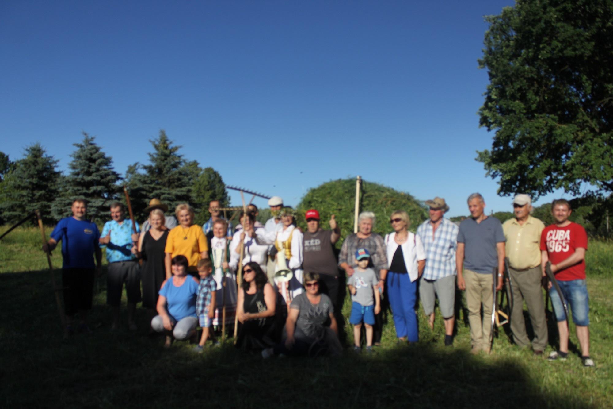 Dvyliktąjį kartą vykusiose varžytuvėse dalgius surėmė net trylika šienpjovių iš Dotnuvos seniūnijos kaimų ir kaimelių, iš kaimyninio Raseinių rajono ir net Ukrainos.