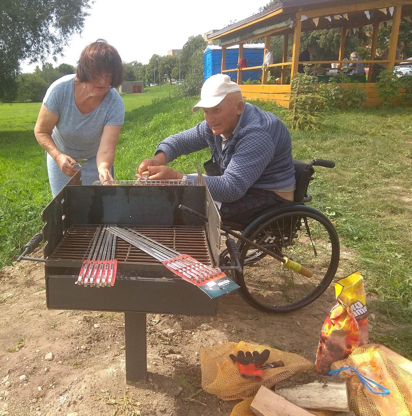 Kėdainiuose išgarsėjęs kaip gamtos švarinimo akcijų organizatorius kraštietis Edgaras Urbonavičius su kolegomis sakė, kad kepsninė veikia puikiai, neįgalieji ja labai patenkinti./ Dimitrijaus Kuprijanovo nuotr.