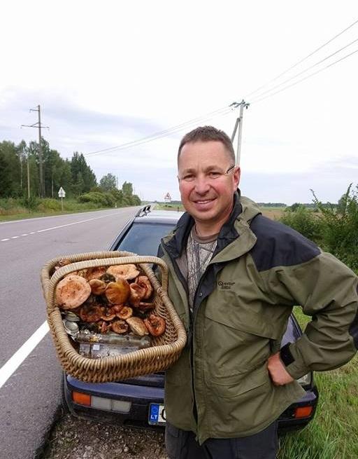 Puikiai daugelį Kėdainių rajono miškų pažįstantis kėdainietis Ruslanas Linevas sako, kad grybų dar nėra, nors jo pintinėje ir puikuojasi keletas žydukų. Asmeninio archyvo nuotr.