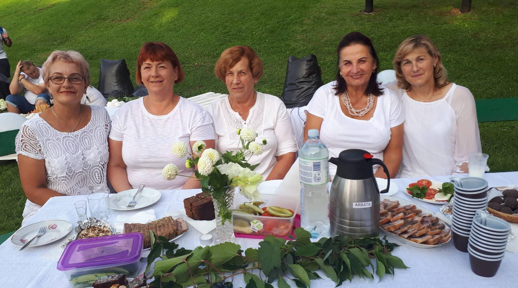 Po valandą trukusio koncerto Labūnavos bendruomenės gyventojai kartu su atlikėjais rinkosi į Labūnavos bendruomenės centro iniciatyva surengtą Baltąją vakarienę./ Organizatorių nuotr.