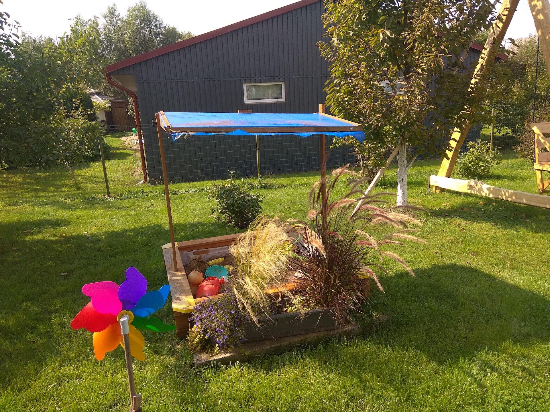 Švelniakailių žvėrelių ferma pastatyta vos už kelių metrų nuo Marmų sklypo ribos – prie pat vaikų žaidimų aikštelės, vasaros virtuvės ir terasos./ Dimitrijaus Kuprijanovo nuotr.
