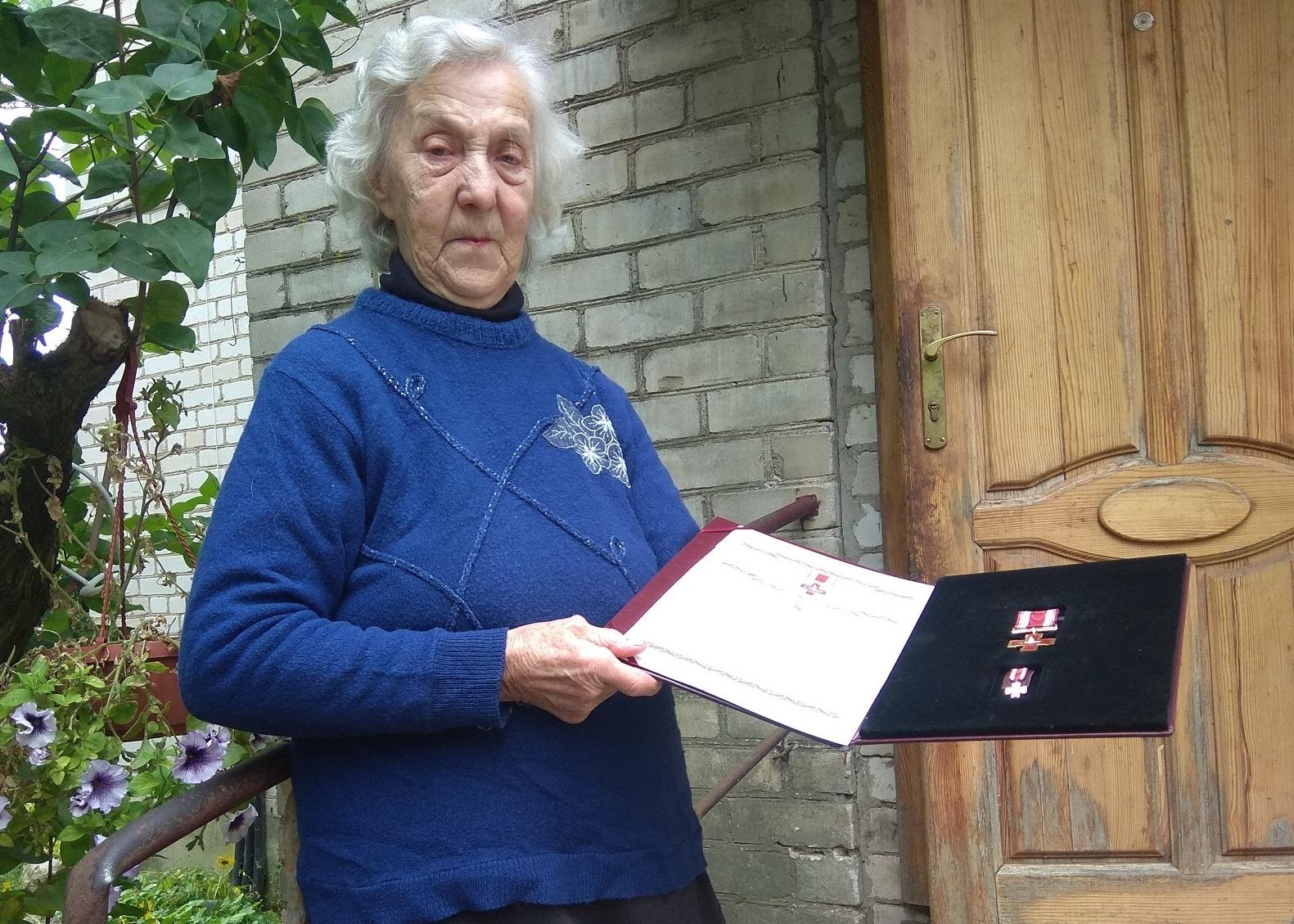 Moteris neslėpė, jog iki šiol negali pamiršti įspūdingos apdovanojimo šventės ir suskubo pasidžiaugti jai įteiktu Žūvančiųjų gelbėjimo kryžiumi./ Dimitrijaus Kuprijanovo nuotr.