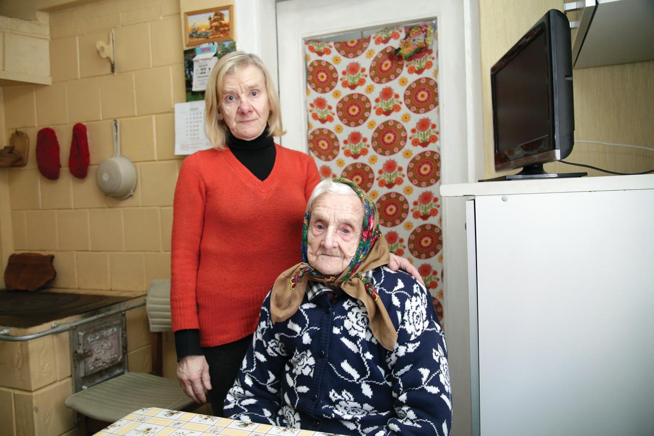 Lietuvą smaugia emigracija, o šimtametė Zofija džiaugiasi, kad nė vienas iš penkių jos vaikų neišvyko gyventi į užsienį – visi šalia ir nuolat aplanko. Jauniausia dukra Janina gyvena kartu su mama. Giedrės Minelgaitės-Dautorės nuotr.