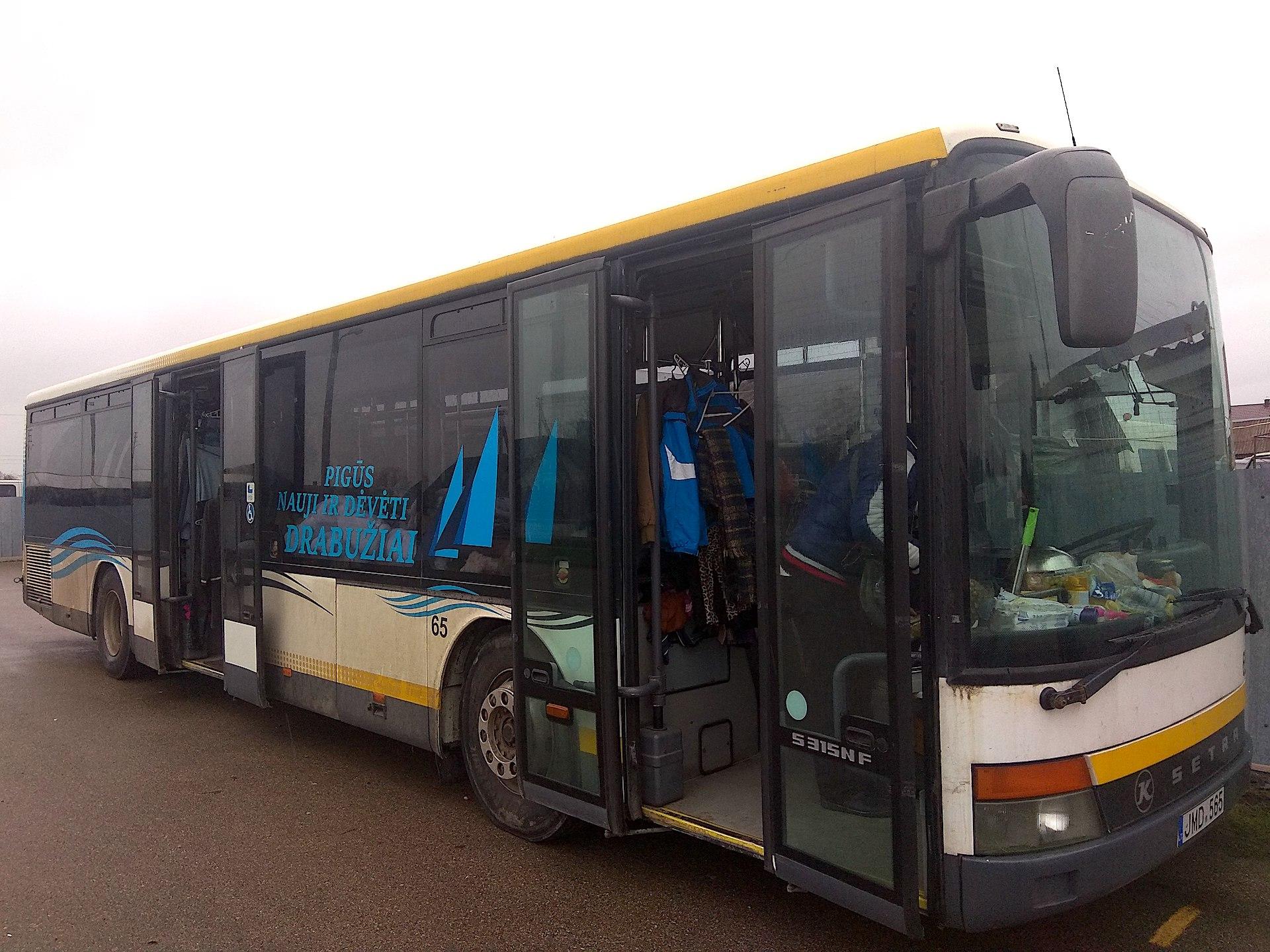 Dabar verslininkas keliauja autobusu po visus Kėdainius. Jis įsigyti pigių rūbų siūlo ne tik miesto, bet ir kaimo gyventojams. / D. Kuprijanovo nuotr.