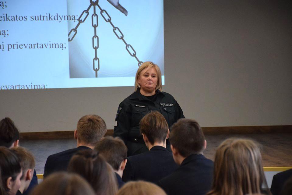 Progimnazijoje apsilankę Kėdainių rajono policijos komisariato bendruomenės pareigūnai papasakojo apie prevencinę veiklą ir atsakė į rūpimus klausimus. / Organizatorių nuotr.