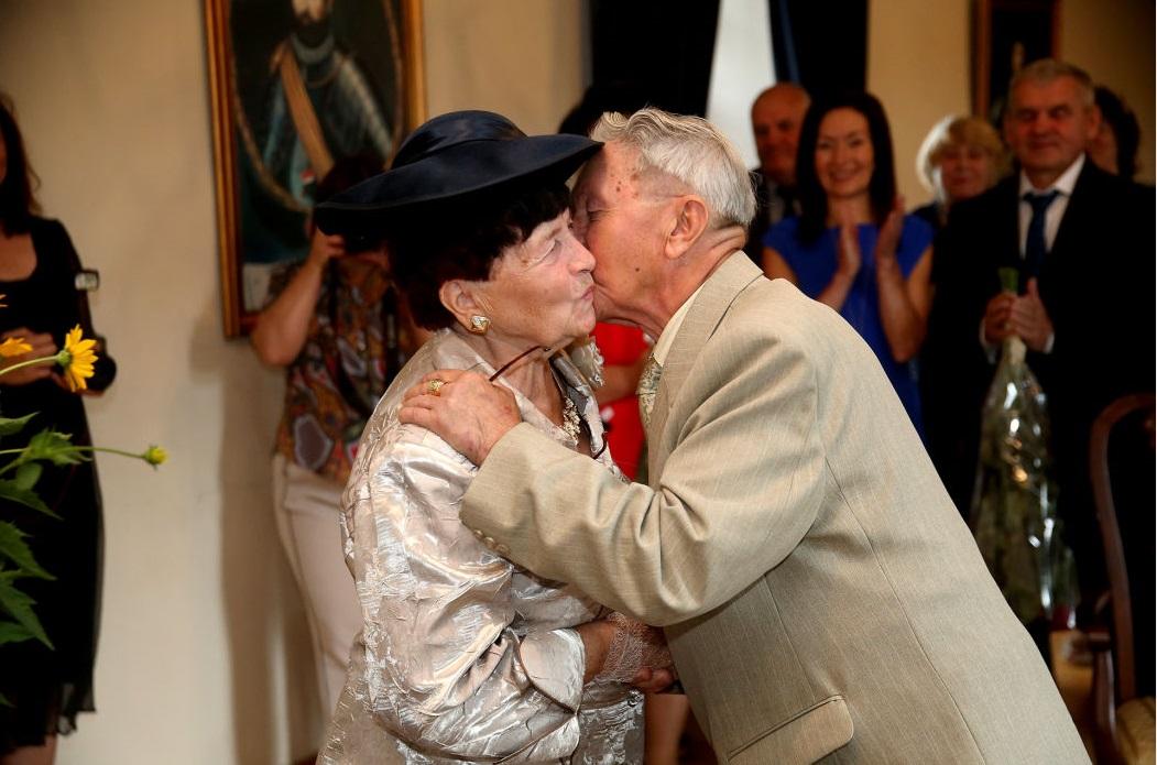 Po šešiasdešimties bendro gyvenimo metų santuokos įžadus atnaujinusių kėdainiečių A. ir B. Kišonų santuokos scenarijus buvo paremtas begaline pagarba vienas kitam. Algimanto Barzdžiaus nuotr.