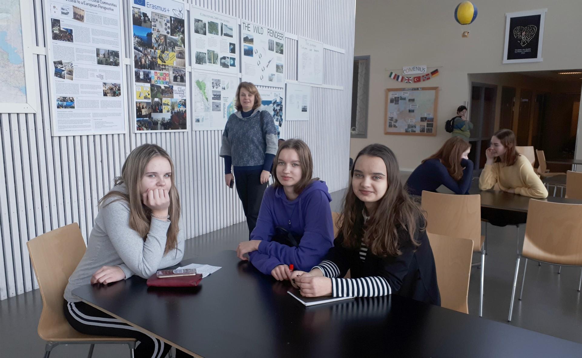 Mūsų mokiniai pasakoja apie savo šalį. Tą dieną Norvegijoje skambėjo žodis Lietuva. Asmeninių  albumų  nuotr.
