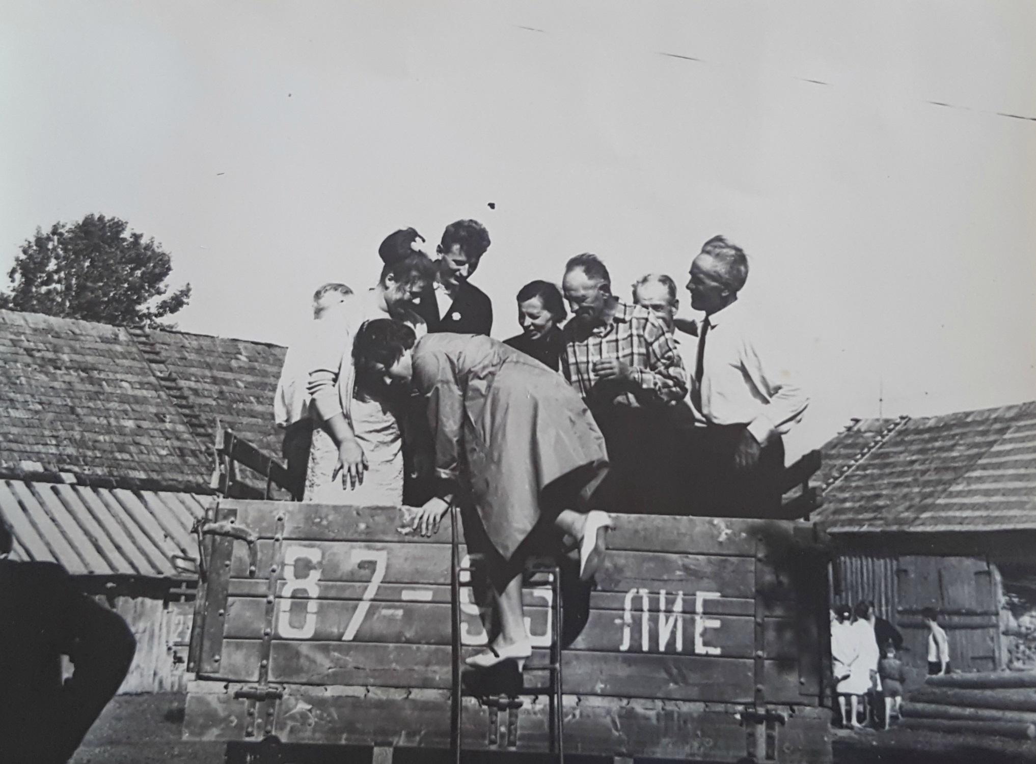"""1959-ieji. Jaunavedžiai su svita į Kėdainių rajono Civilinės metrikacijos skyrių tuoj išvyks """"GAZ-51"""" sunkvežimio priekaboje. Asmeninio archyvo nuotr."""