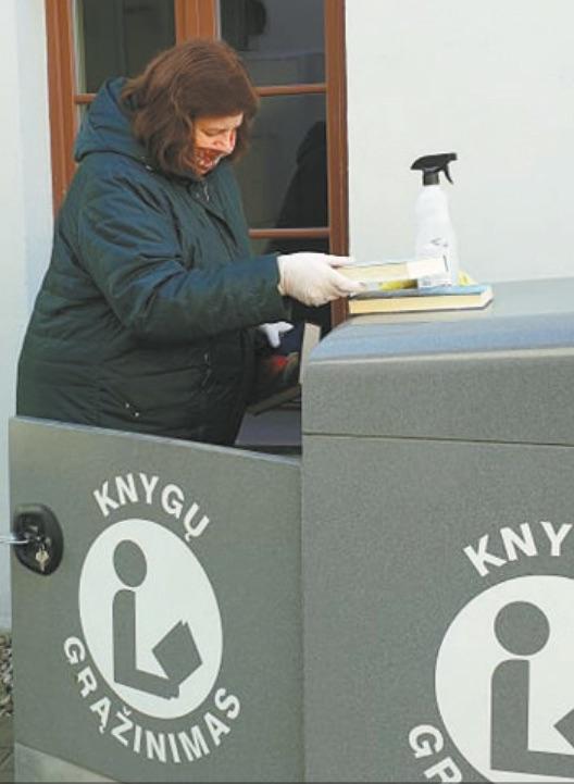 Susikaupusias knygas mūvėdamos pirštines bibliotekininkės išima iš dėžių. Dėžes dezinfekuoja ir maždaug savaitę laiko vėdinamoje patalpoje.