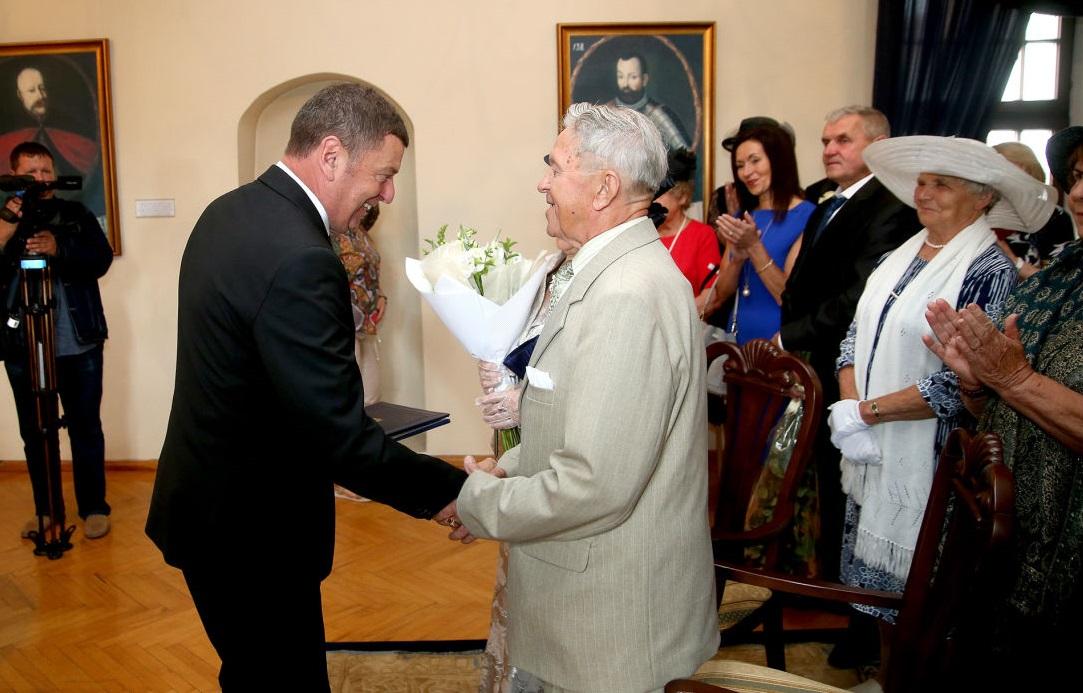 Tuoktuvinikus sveikino ir Kėdainių rajono savivaldybės meras Valentinas Tamulis. Algimanto Barzdžiaus nuotr.