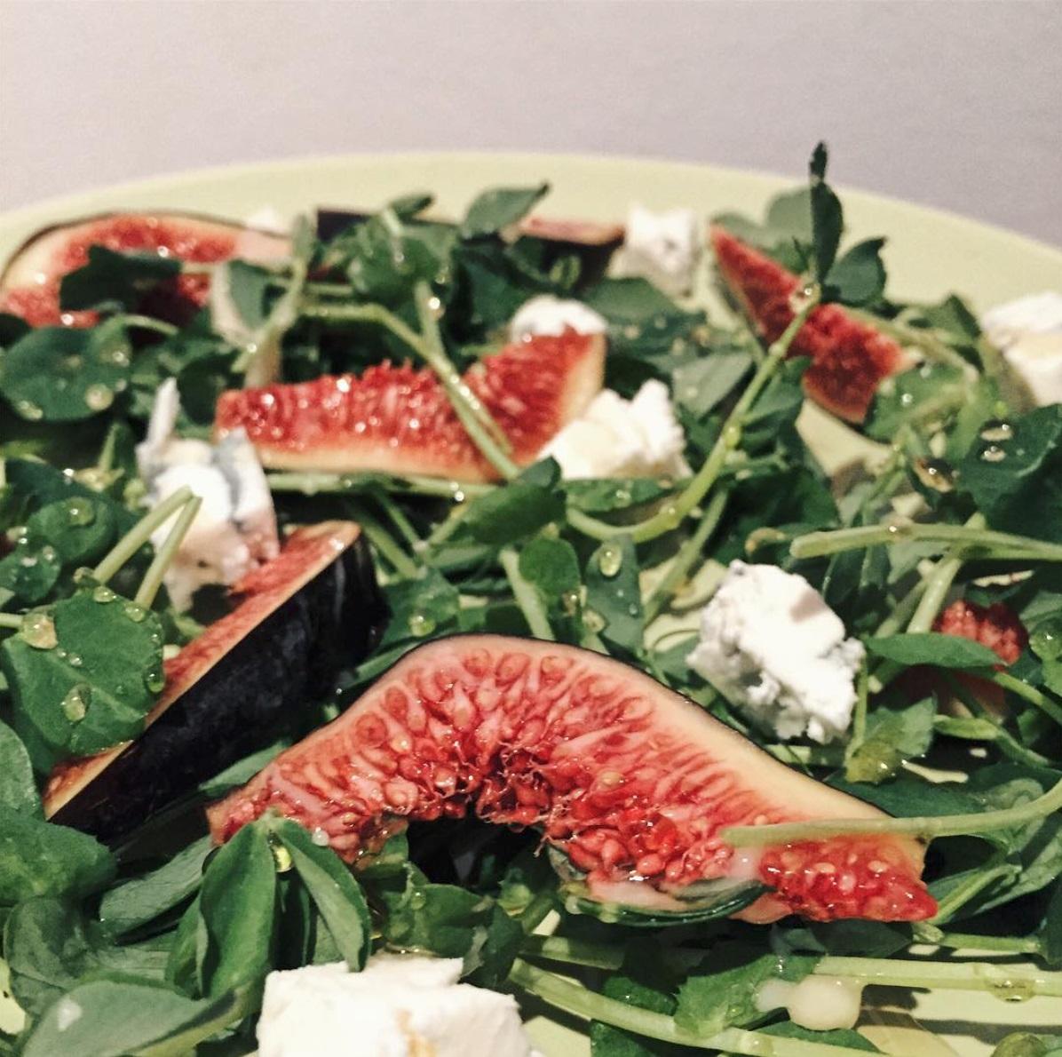 Vasariškos ir lengvos salotos su figomis ir mėlynuoju sūriu. Asmeninio archyvo nuotr.