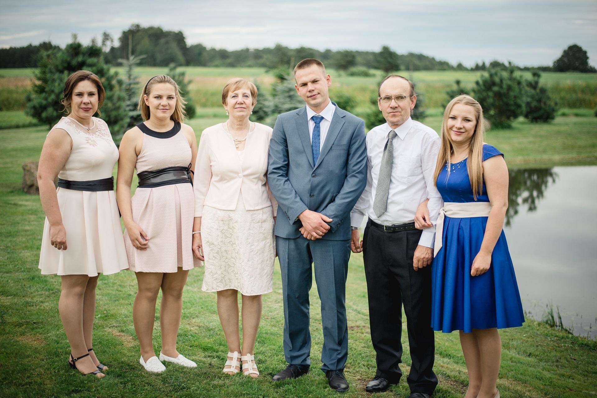 Albina Mackevičienė su savo šeima (iš kairės): dukromis Jurgita Šniepiene, Odeta Zimkevičiene, sūnumi Vaidu, vyru Stasiu ir dukra Ineta Motiejūniene. Asmeninio archyvo nuotr.