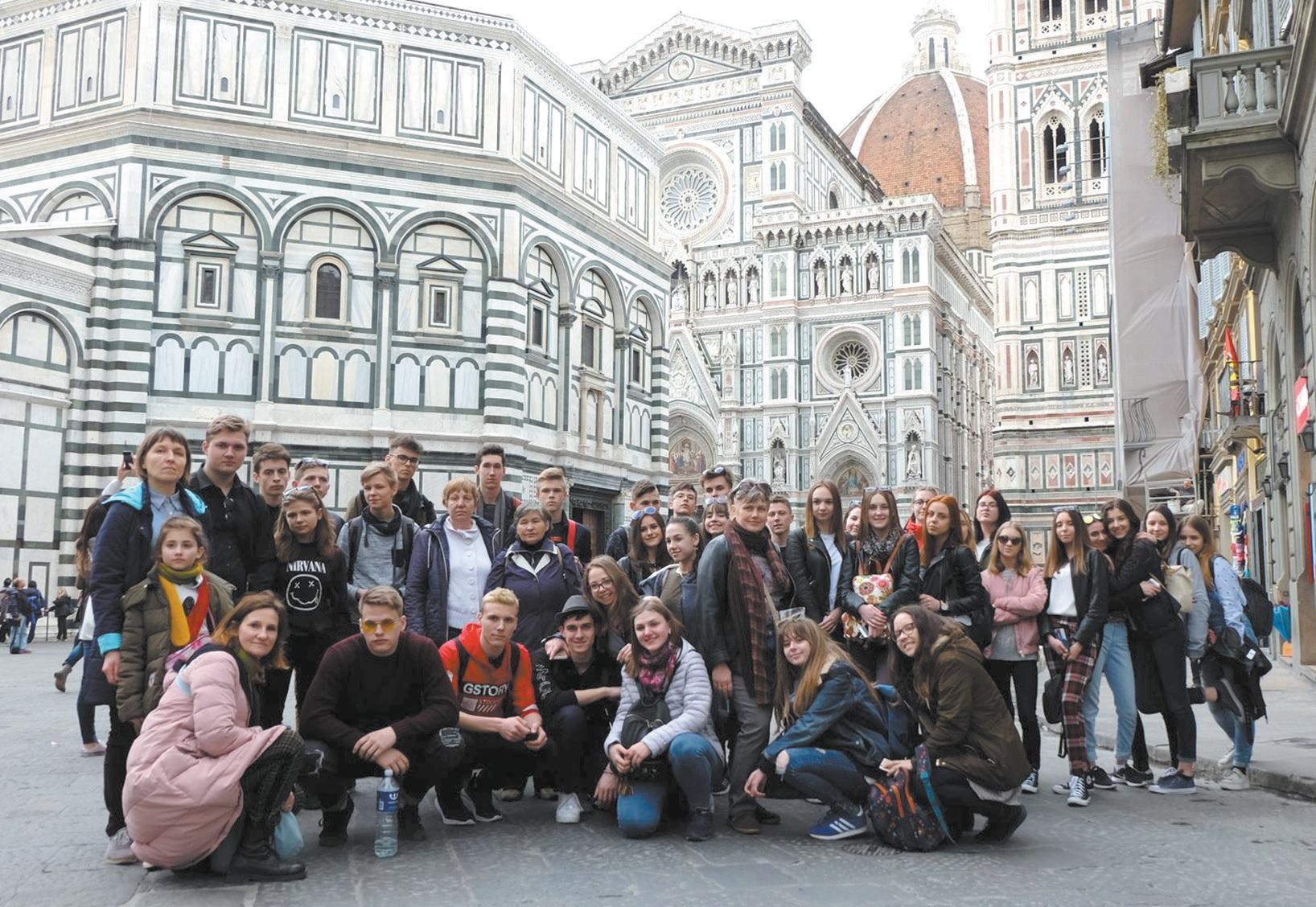 """Vaikų ir jaunimo kolektyvai """"Auštaras"""" ir """"Smilgelė"""" pristatė Lietuvos kultūros paveldą Italijoje ir susipažino su gražiausiais Italijos miestais. Asmeninio archyvo nuotr."""