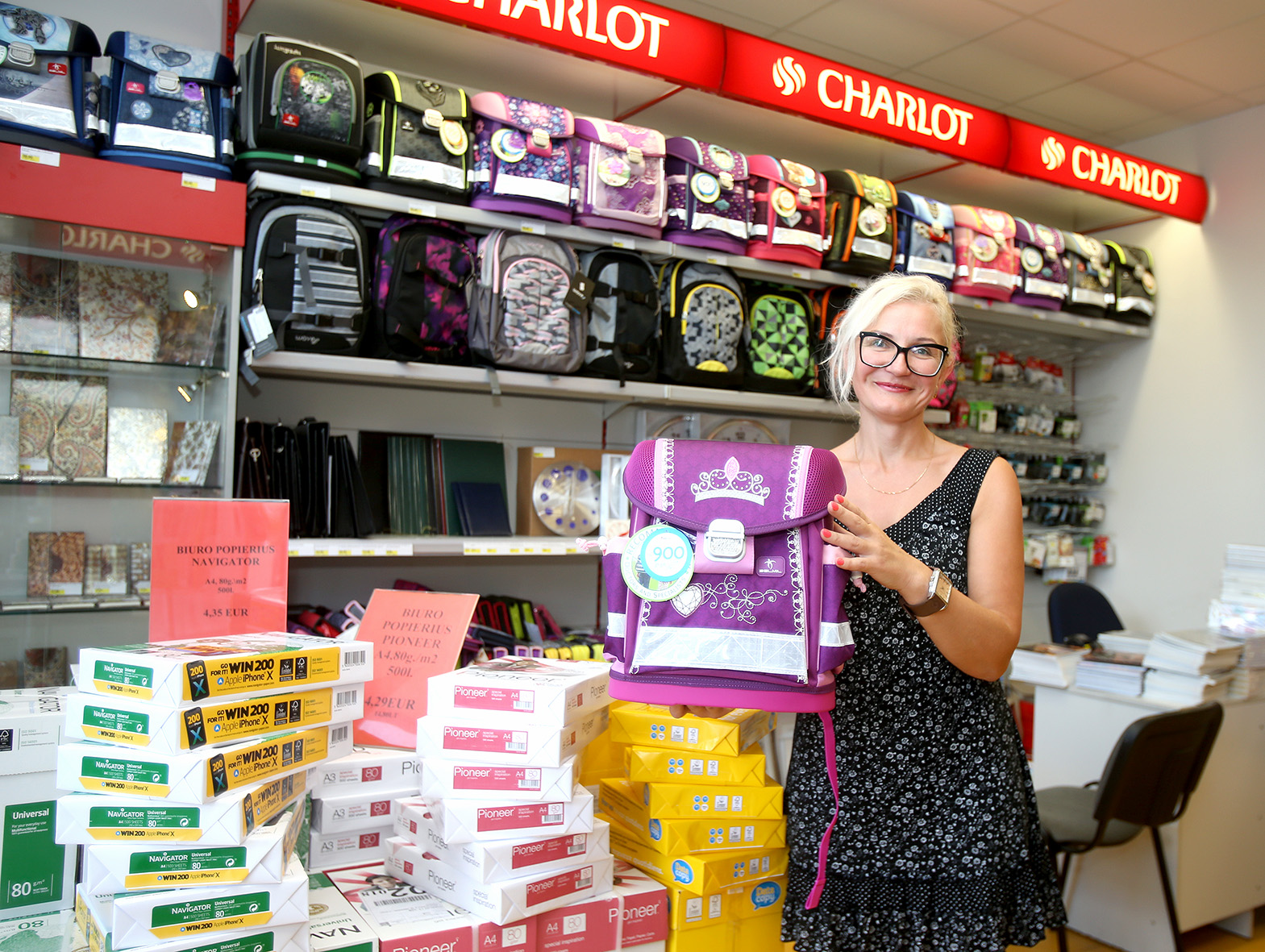 """Kanceliarinių prekių parduotuvės """"Charlot"""" salės vadybininkės Loretos Svolkinienės teigimu, pirkėjai daugiau dėmesio skiria kokybiškesnėms prekėms. Algimanto Barzdžiaus nuotr."""