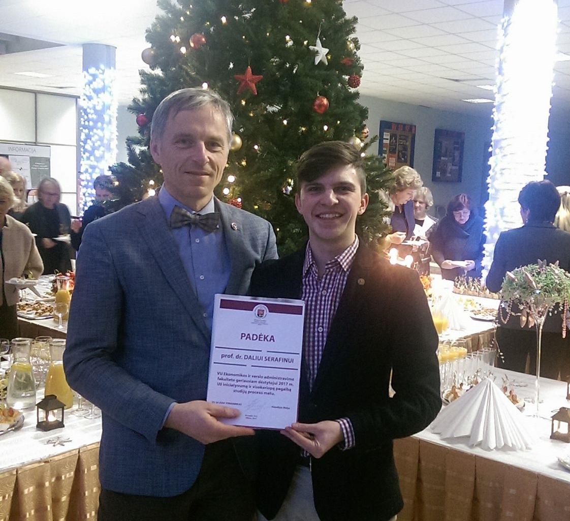 Prof. Dalius Serafinas prieš porą metų sulaukė malonios staigmenos Šv. Kalėdų proga – studentų padėkos už dėstymą, iniciatyvas ir pagalbą studijų metu. / Asmeninio archyvo nuotr.
