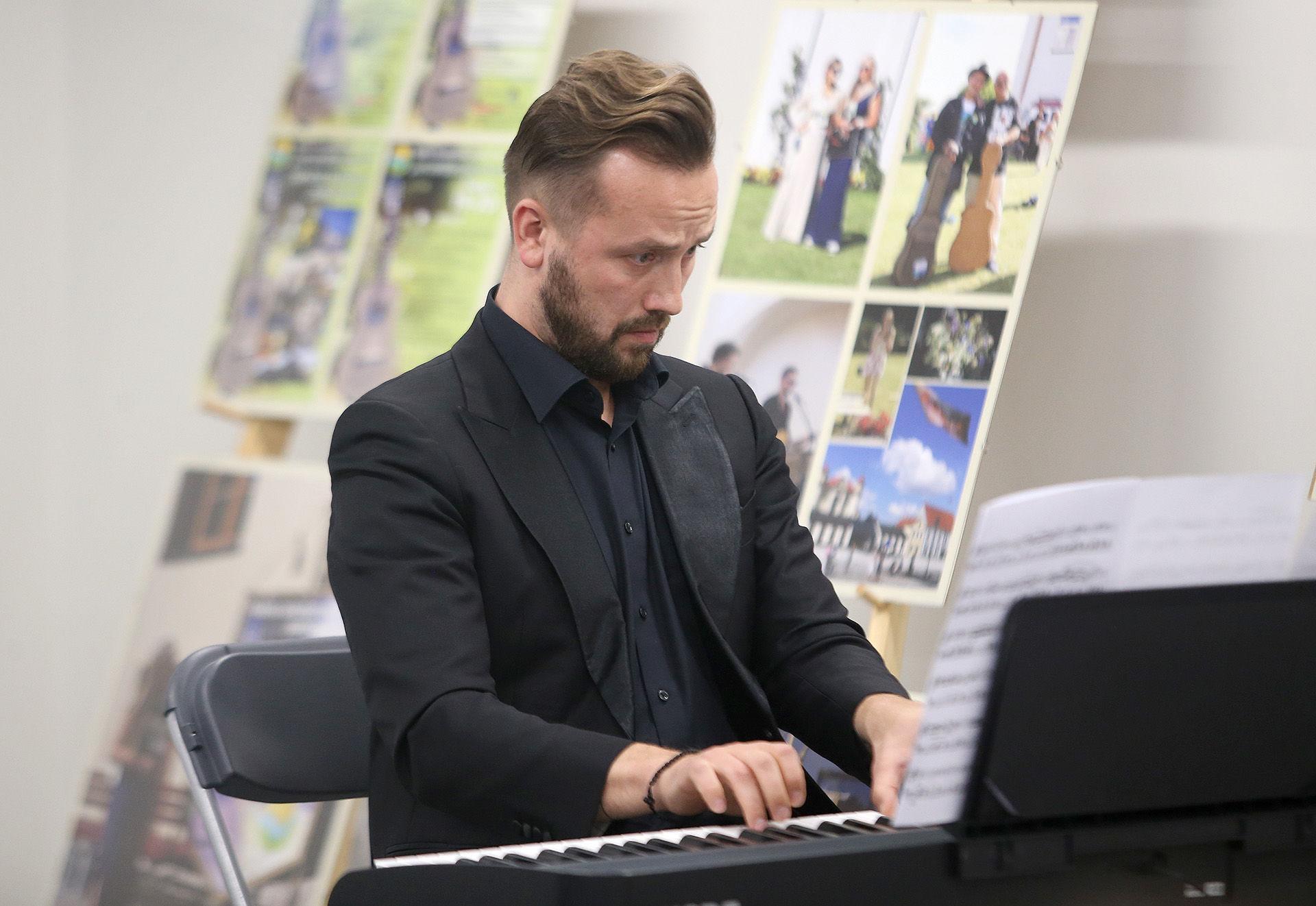 Pianistas Darius Mažintas meistriškai atskleidė Frederiko Šopeno muzikos kūrinių istorijas. / A. Barzdžiaus nuotr.