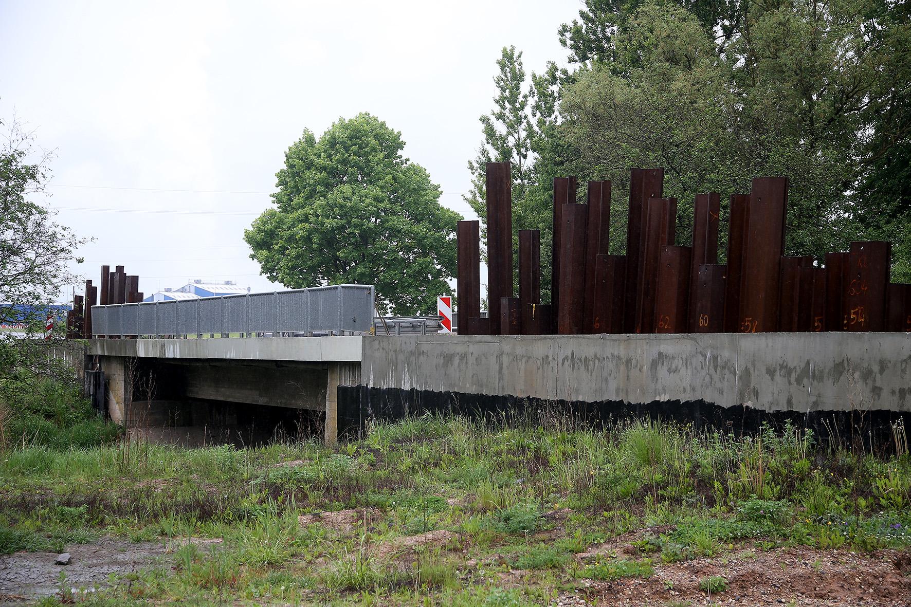 """""""Kauno apygardos teismas vertins, kaip vyko Dotnuvoje esančio amžiaus statyba pretenduojančio tapti tilto rekonstrukcija. STT agentai nustatė, kad konkursą laimėjusiai bendrovei neteisėtai techniką bei medžiagas davė jos vadovo tėvas – ilgametis valstybės įmonės """"Kauno regiono keliai"""" vadovas V. Lisauskas"""". A. Barzdžiaus nuotr."""