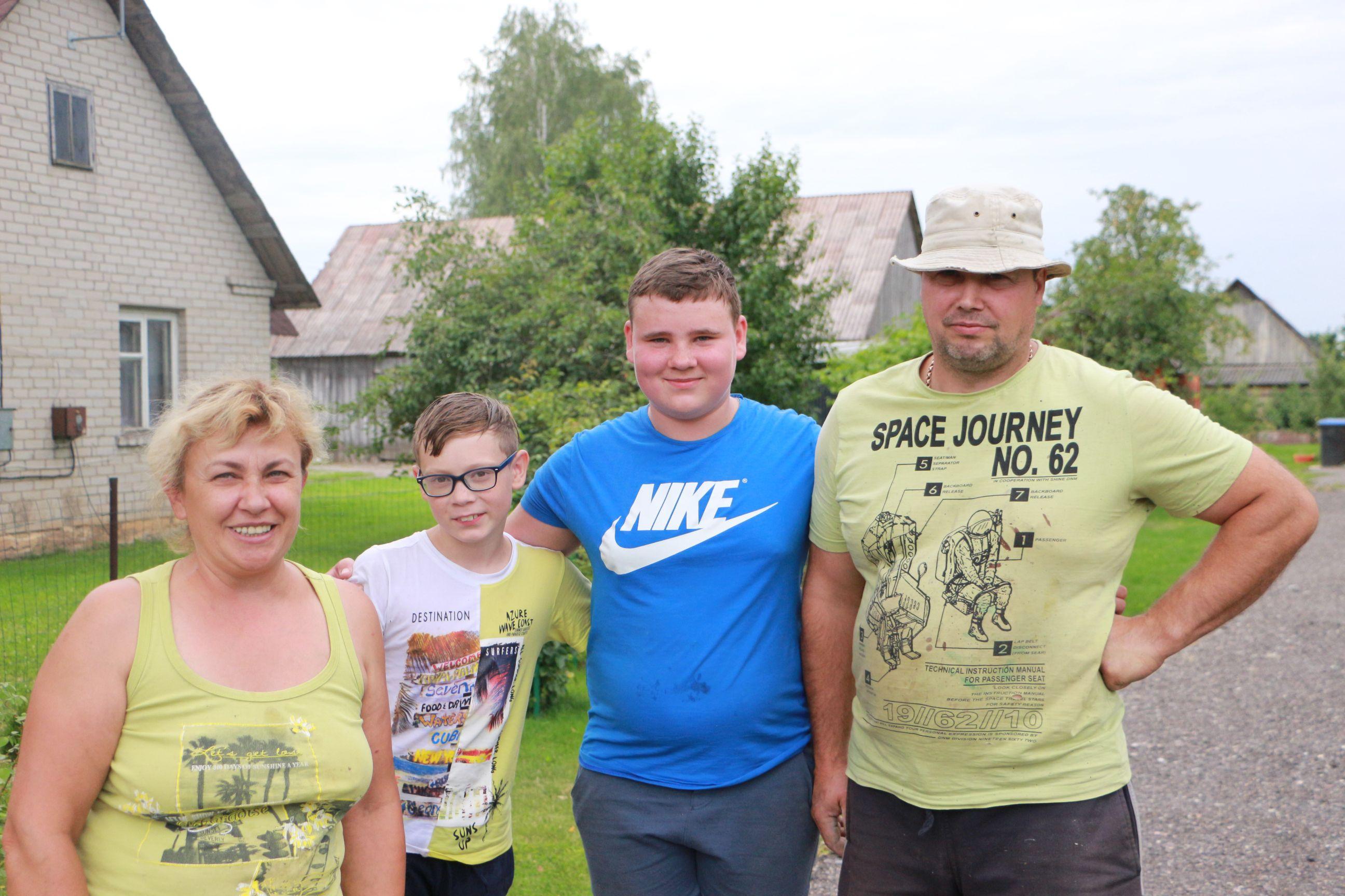 Prieš ketverius metus į Langakių kaimą iš Kauno atsikėlusi Irena Kunickaitė su vyru Gintaru ir anūkais Adrijumi (iš kairės) ir Luku. / D. Borodinaitės nuotr.