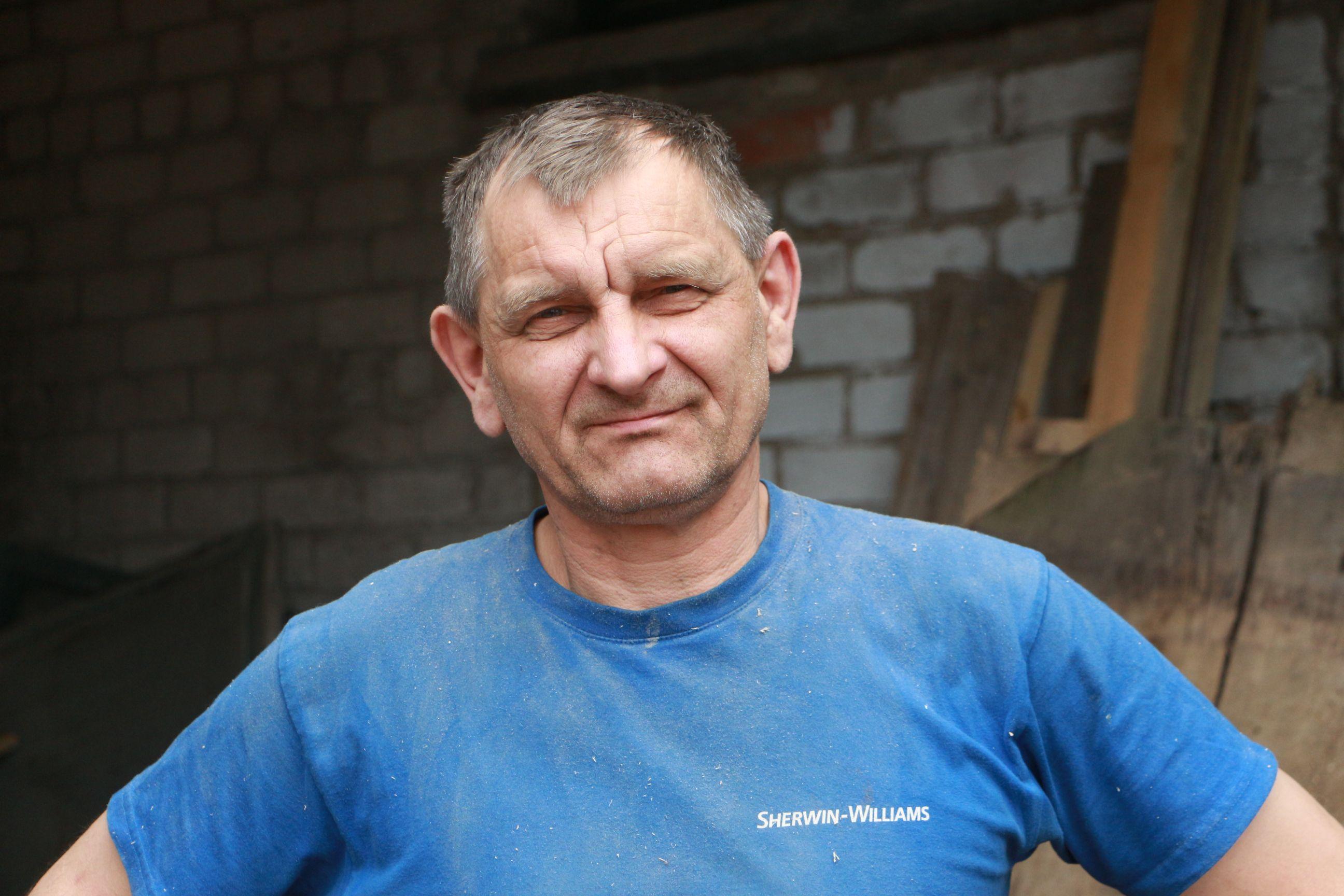 Langakiuose visą savo gyvenimą praleidęs Arvydas Subačius pradėjusiame nykti pastate 1993–1994 metais įsirengė stalių dirbtuves. / D. Borodinaitės nuotr.