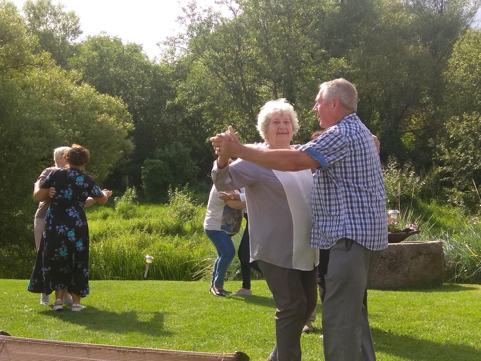 Vėliau senjorai susėdo prie stalų, klausėsi kolektyvų dainų, šoko. Pirmajam šokiui kvietė aktyvi Kėdainių krašto senjorė Janina Vansienė. Dimitrijaus Kuprijanovo nuotr.