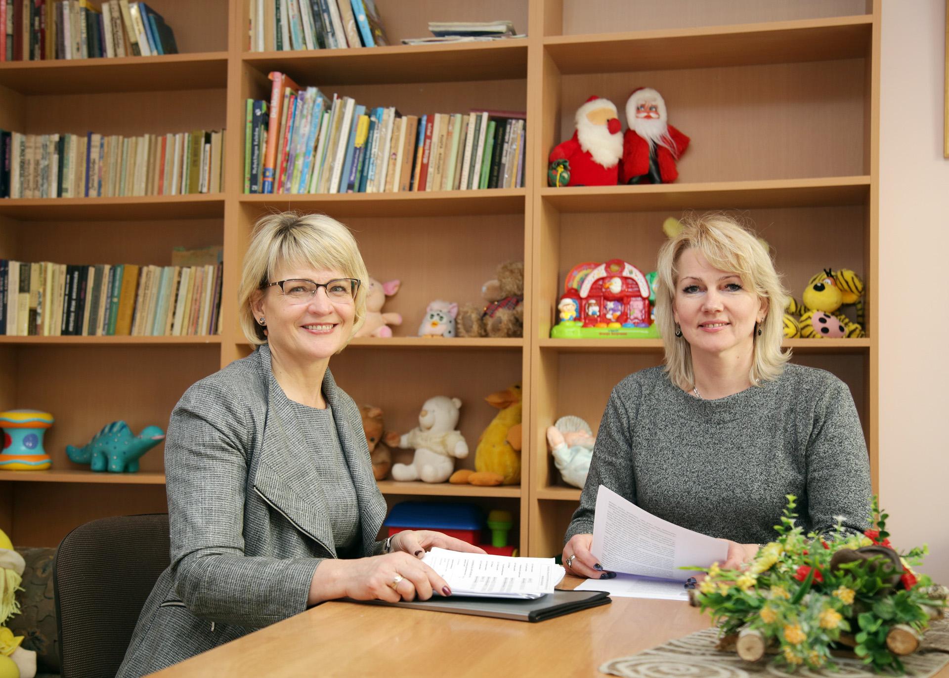 Socialinį darbą dirbančios moterys R. Stakniūnienė (kairėje) ir Sonata Kriščiūnienė pastebi, kad daugiausia bėdų moterų gyvenime kyla dėl žemos jų savivertės. G. Minelgaitės-Dautorės nuotr.