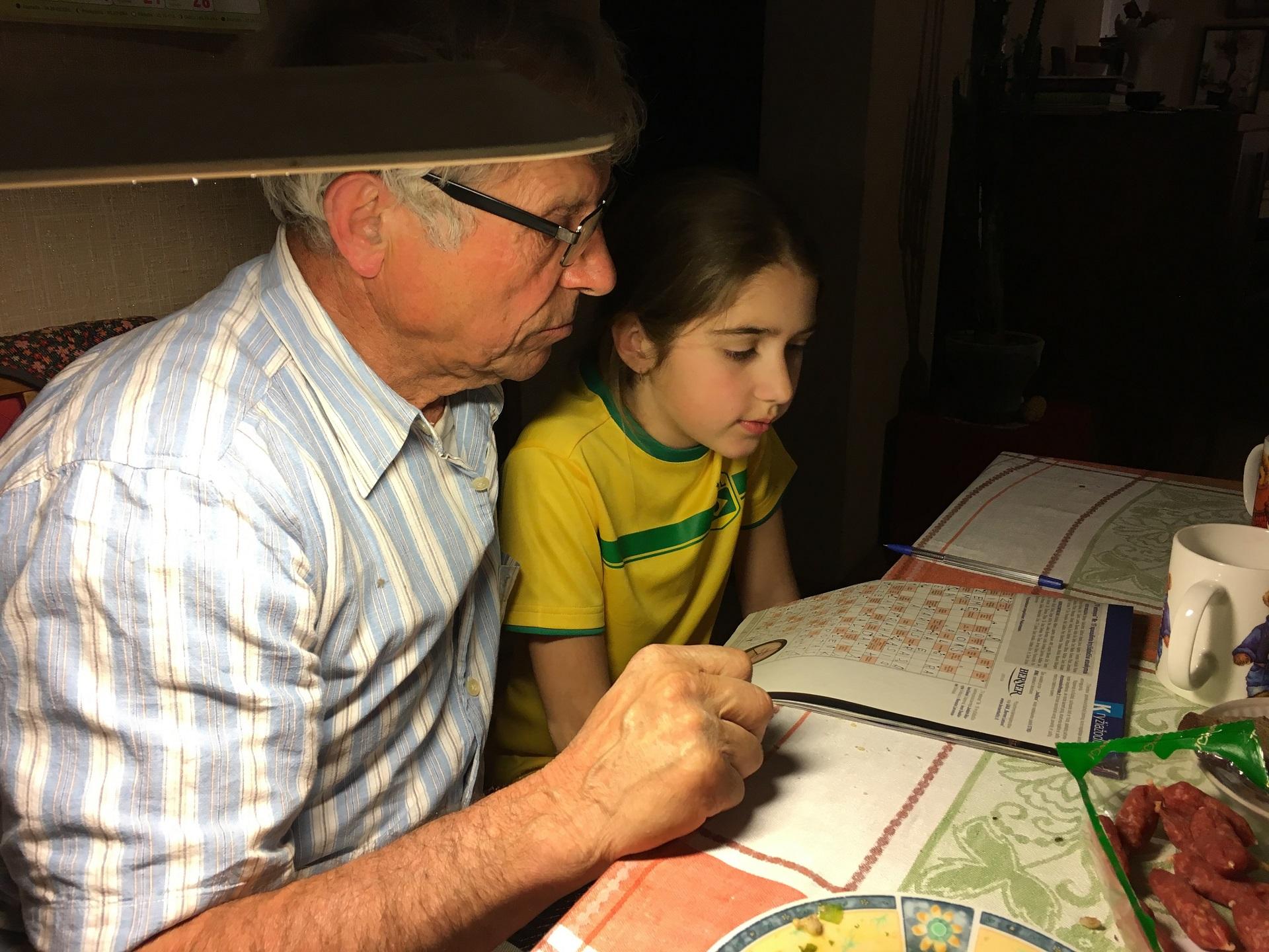 Kai gyvenimas nugyventas teisingai, prioritetai išdėlioti tinkamai – vyresniame amžiuje sulauki daug privalumų – vaikų ir anūkų dėmesys, meilė, pagalba svarbi dedamoji laimės dalis. Asmeninio archyvo nuotr.