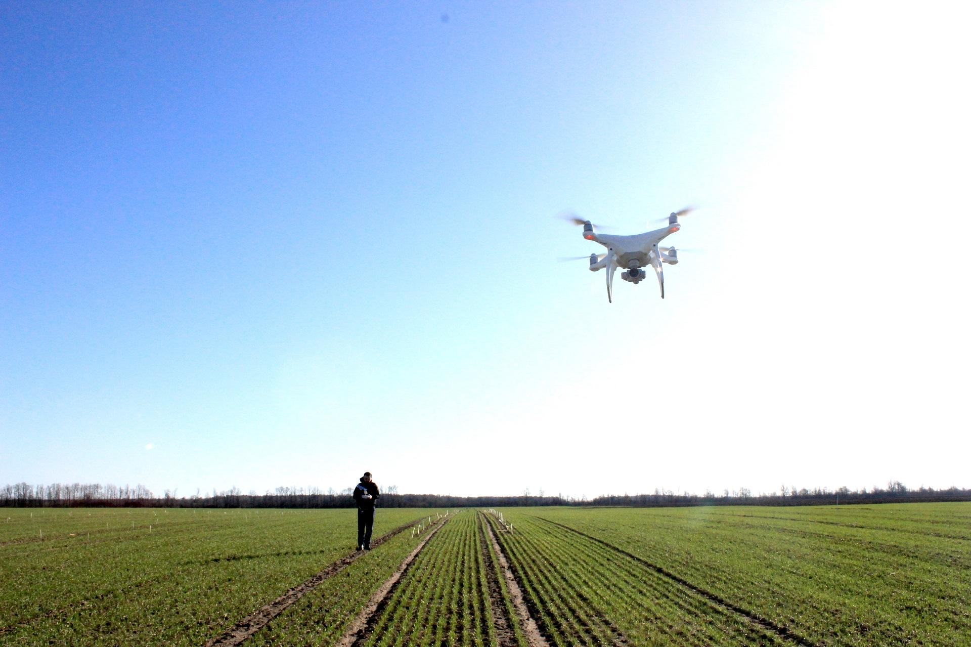 Su bepločiu orlaiviu, kuriame įmontuota itin aukštos raiškos RGB video ir foto kamera, padarytomis aerofotografijomis galima analizuoti ypač daug duomenų, kurie svarbūs praktinei žemės ūkio, statybų ir kitų sektorių veiklai. Asmeninio archyvo nuotr.