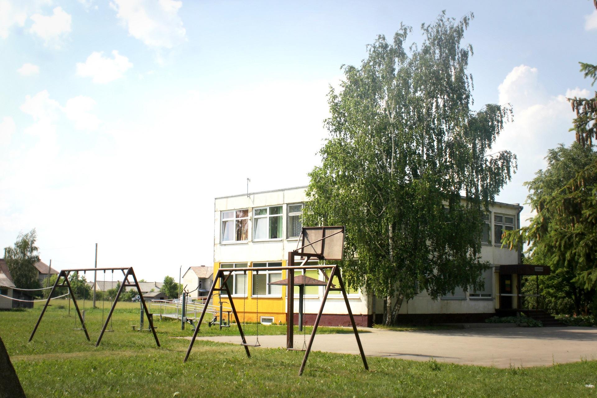 Bendruomenės namų teritorijoje yra krepšinio aikštelė, sūpynės, treniruokliai. Pastato viduje įsikūrusi biblioteka, medicinos punktas ir erdvės renginiams ar užsiėmimams. V. Petrilevičienės nuotr.