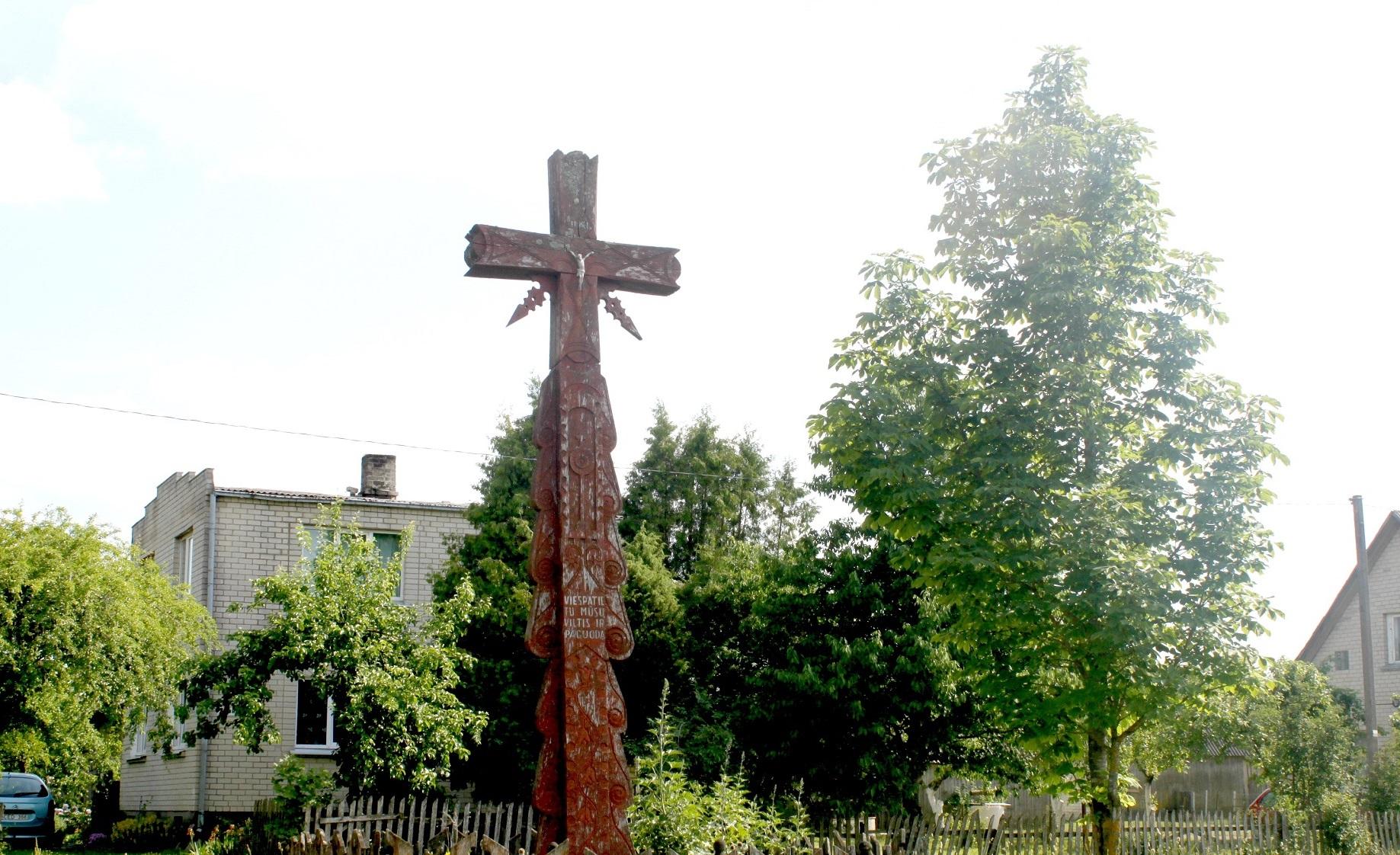 Kadaise senolių statytas ir laiko jau paženklintas kaimo kryžius. V. Petrilevičienės nuotr.