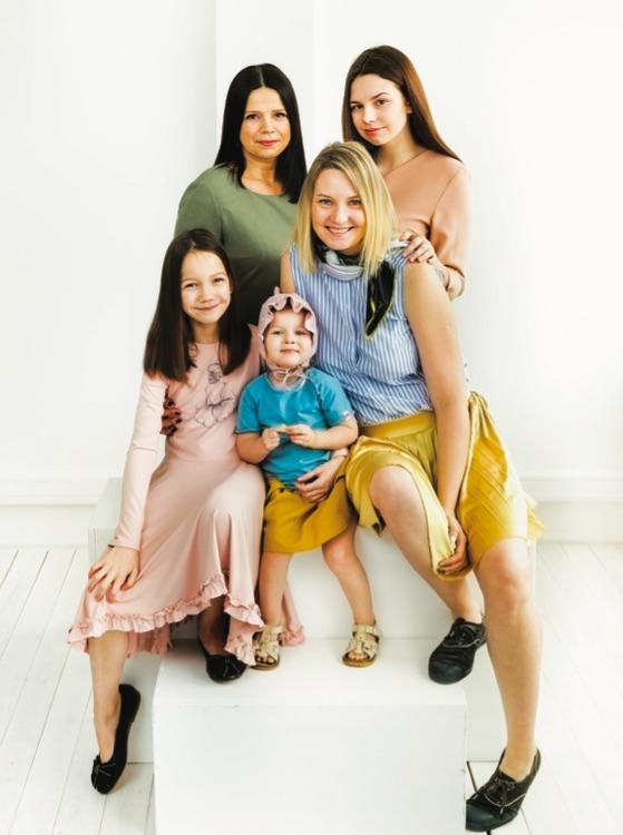 Indrė su savo dukryte Monika, teta Vaida ir pusseserėmis Martyna ir Kotryna. / Asmeninio archyvo nuotr.