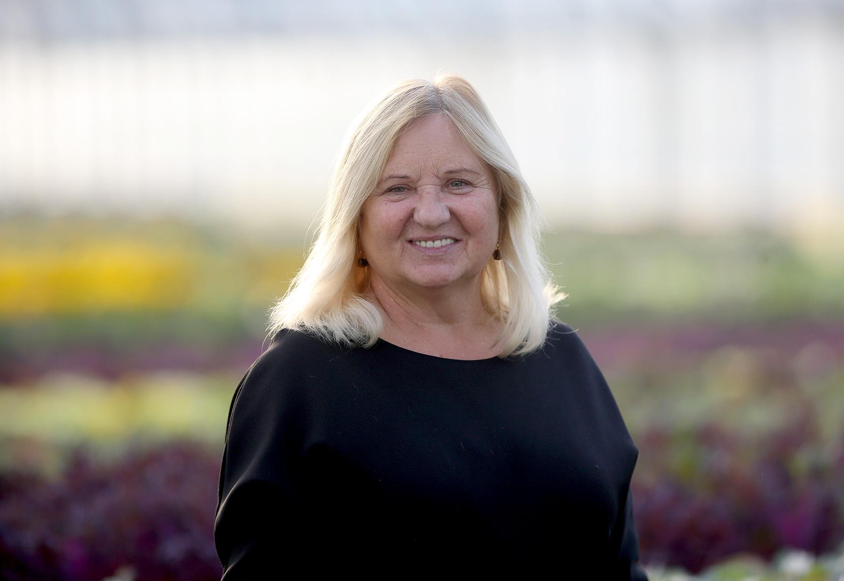 """UAB """"Josvainių gėlės"""" savininkė ir vadovė Irena Marmienė neslėpė nusivylimo, kad gėlininkams apskritai skiriama per mažai dėmesio ir dotacijų. Algimanto Barzdžiaus nuotr."""