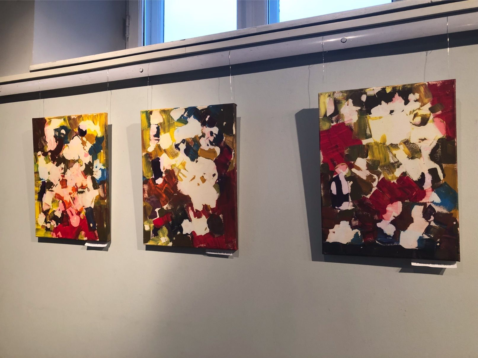 Pagrindinė J. Burbienės kūrybinių tapybos paieškų tema – spalvų deriniai ir jų poveikis aplinkai, spalvinių derinių išraiškingumas ir visuma. / D. Borodinaitės nuotr.