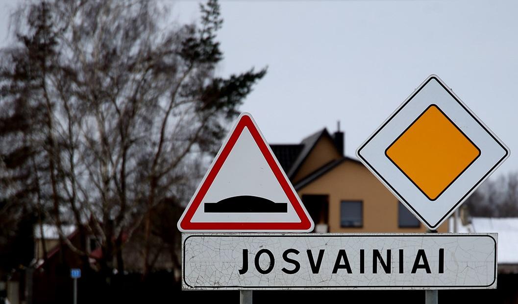 Kalbininkai pastebi, kad priesaga -ain- yra labiau būdinga latvių, prūsų kalboms. Kėdainių kraštovaizdyje yra panašios darybos oikonimų – gyvenamųjų vietų vardų, pavyzdžiui, Josvainiai.
