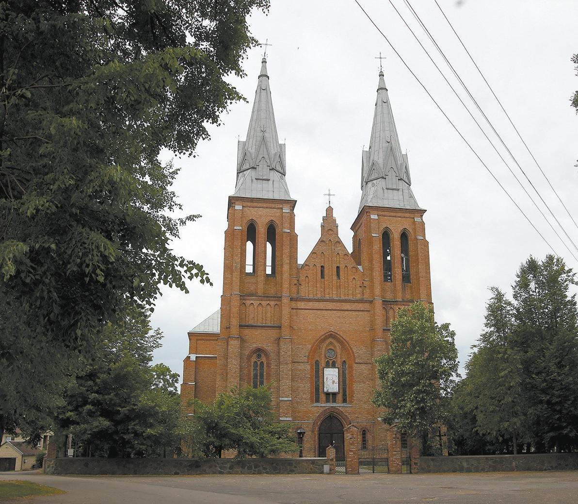 Pernaravos ir Josvainių parapijų klebonas kunigas Edvinas Rimavičius teigia, kad tikinčiųjų, dalyvaujančių Šv. Mišiose, nuolatos mažėja. A. Barzdžiaus nuotr.
