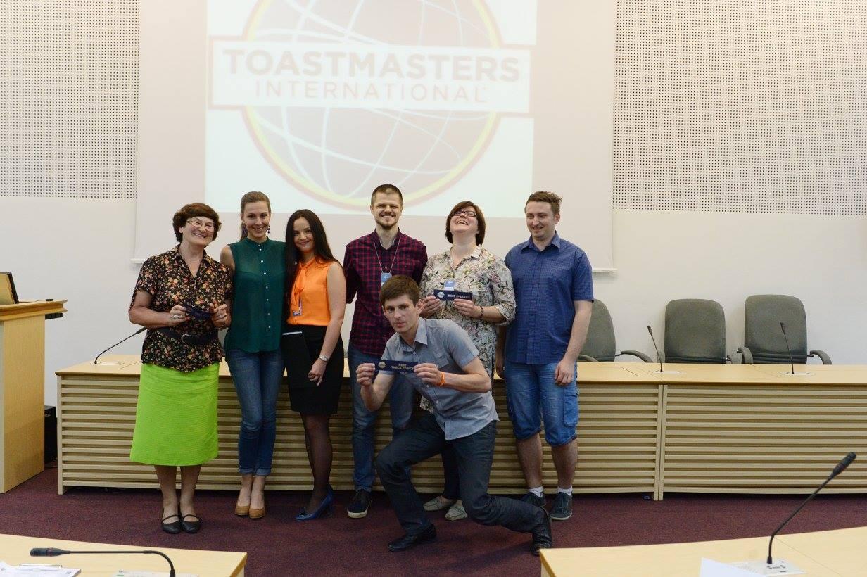 """Viešojo kalbėjimo ir lyderystės klubo dėka kraštiečiui Juozui Eigirdui pavyko įveikti scenos baimę. Šiandien jis jaučiasi gerokai patobulėjęs oratorius, taip pat mokosi atsakingai planuoti savo laiką bei būti konkurencinga asmenybe. """"ToastMasters Kaunas"""" nuotr."""