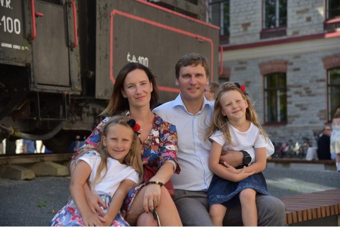 Šiuo metu Estijoje su šeima gyvenanti Jūratė Pikelienė teigia beveik visą savo laiką atidavusi tam, kad dvi jos dukrytės nepamirštų Lietuvos, kalbos, savo tapatybės. / Asmeninio archyvo nuotr.