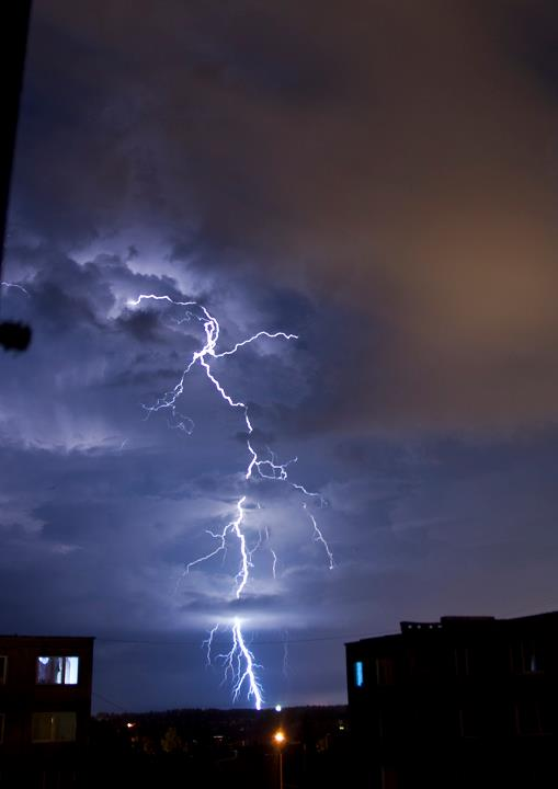 Buvo metas, kuomet kraštietis tiesiog pasinėrė į žaibų fotografavimą. Audra prasideda, A. Kantautas čiumpa fotoaparatą ir neria į laukus. Istorijos herojaus nuotr.