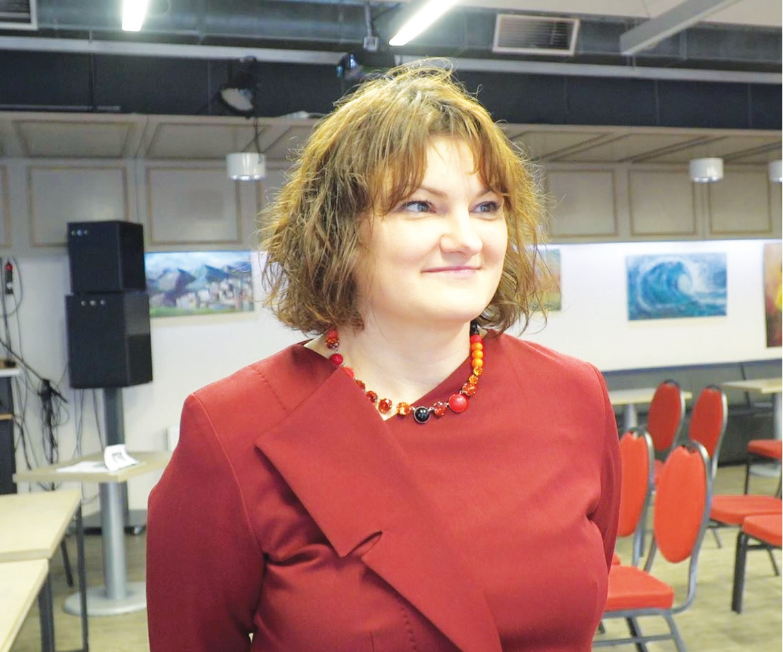 """Aktyvi kėdainietė Karolina Štelmokaitė matydama, kad Kėdainių ekologinės problemos ne tik nesibaigia, bet dar ir aštrėja, surengė visai visuomenei skirtą diskusiją, kurios metu buvo ieškoma sprendimų dėl susidariusios padėties. """"Rinkos aikštės TV"""" stop kadras."""