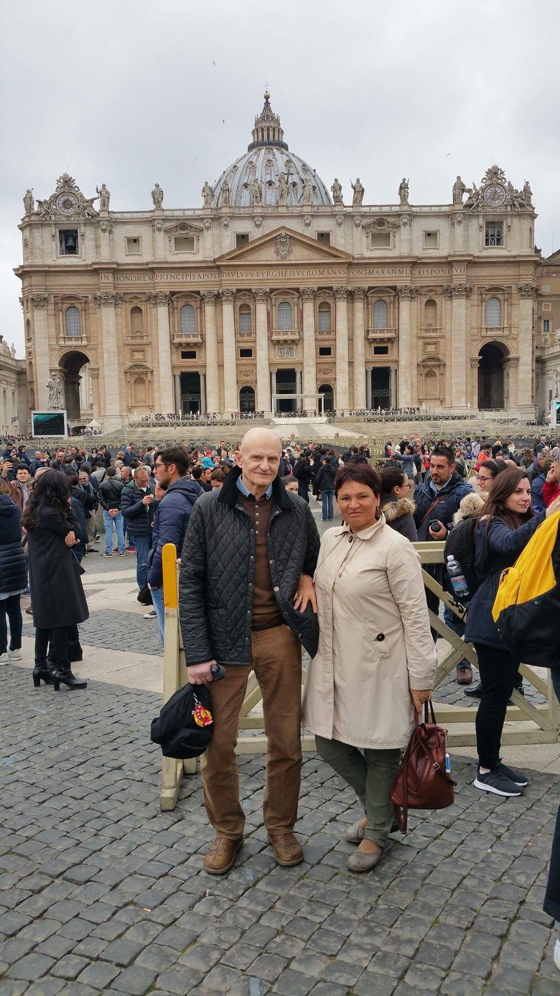 Onutė Mickevičienė su vyru Stasiu retoje vietoje, į kurią jiedu svajoja sugrįžti – Vatikane. Asmeninio archyvo nuotr.