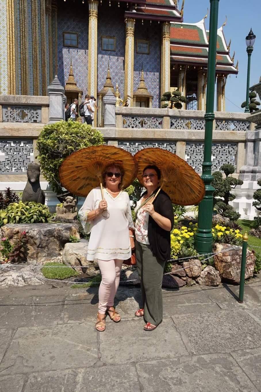 Nuo karštos Tailando saulės – slėpynės po rankų darbo skėčiais. Asmeninio archyvo nuotr.