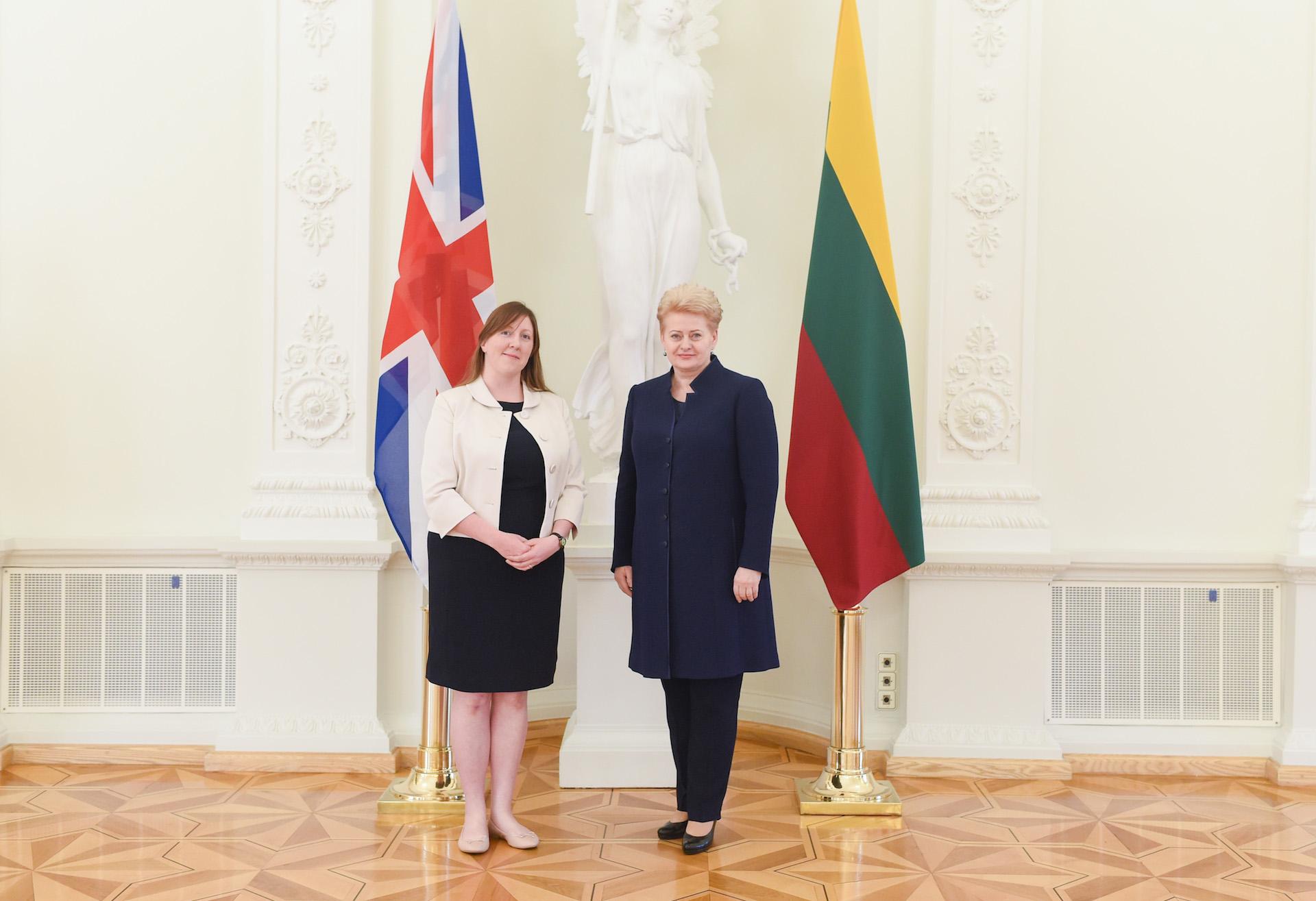 Baltojoje Lietuvos Respublikos Prezidento rūmų salėje, kredencialų teikimo ceremonijoje ambasadorė Claire Louise Lawrence (kairėje) su Jos Ekscelencija Dalia Grybauskaite. LR Prezidentūros nuotr.
