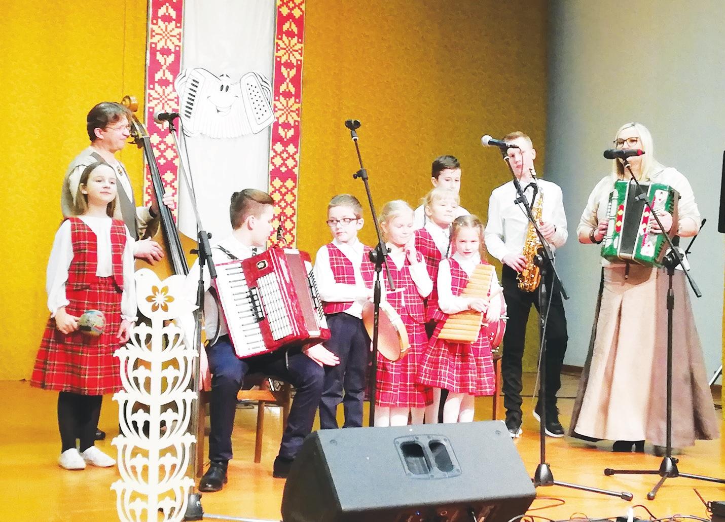 Labūnavos pagrindinės mokyklos pirmokėlių ir penktokų kapelytė, vadovaujama mokytojos metodininkės Jurgitos Vaitiekūnienės. Linksmu šokiu ir muzikavimu jaunieji labūnaviečiai pradėjo kapelų šventę.