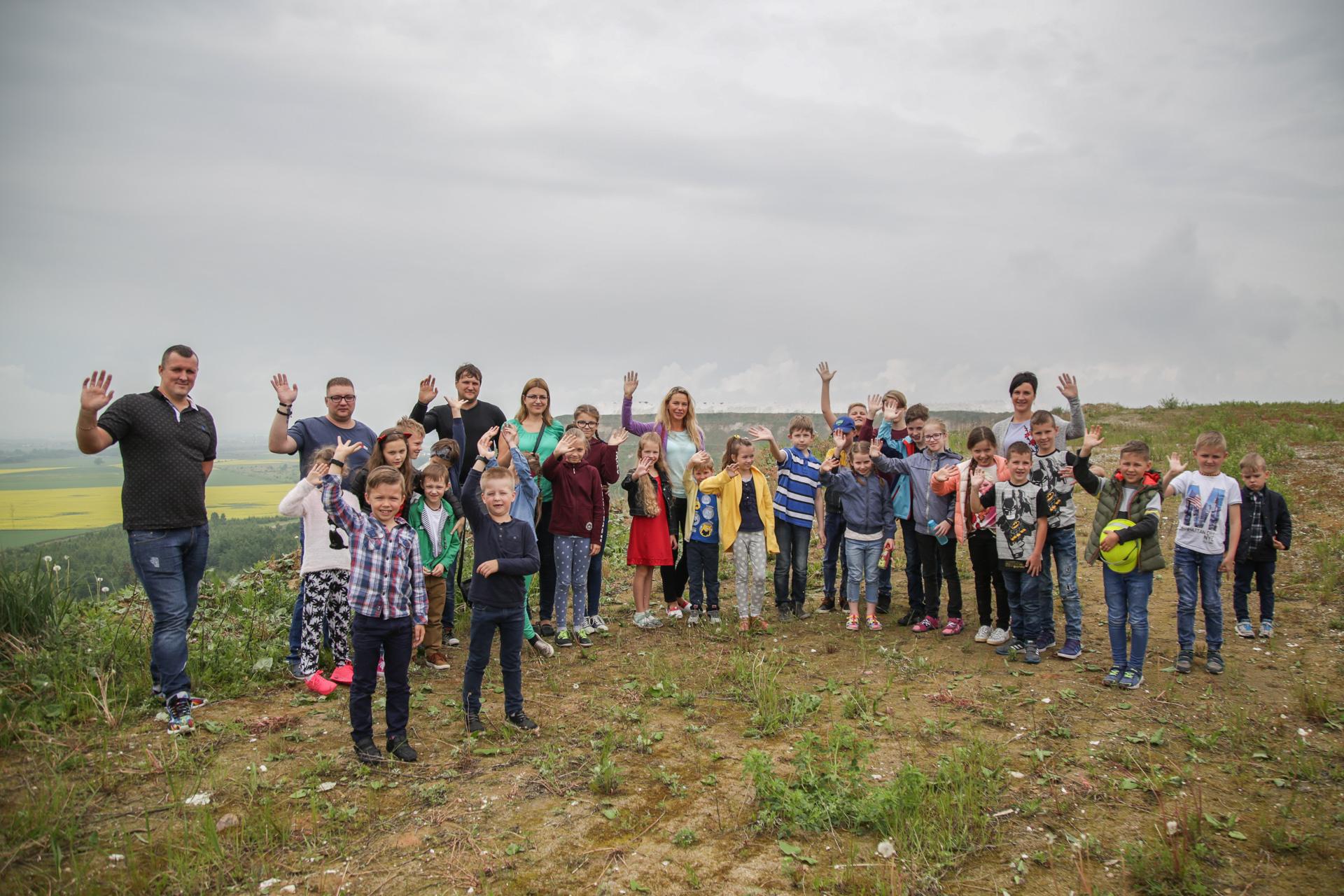 """Tradicinė bendrovės """"Lifosa"""" šeimos dienos pramoga – ekskursija po gamyklos teritoriją, kurią kasmet vainikuoja apsilankymas lietuviškomis Alpėmis tituluojamuose fosfogipso kalnuose."""