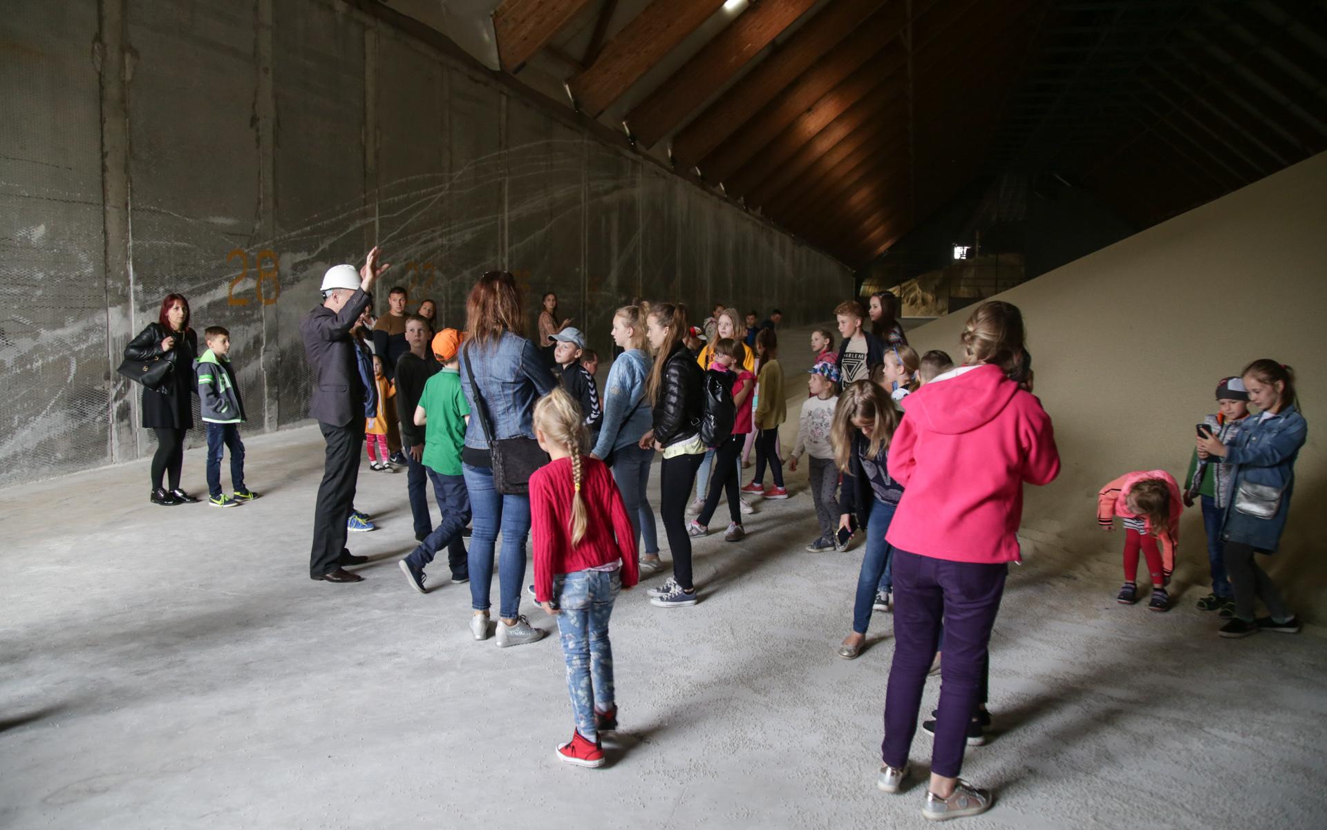 Neatskiriama Šeimos dienos dalis – ekskursija po gamyklos teritoriją.