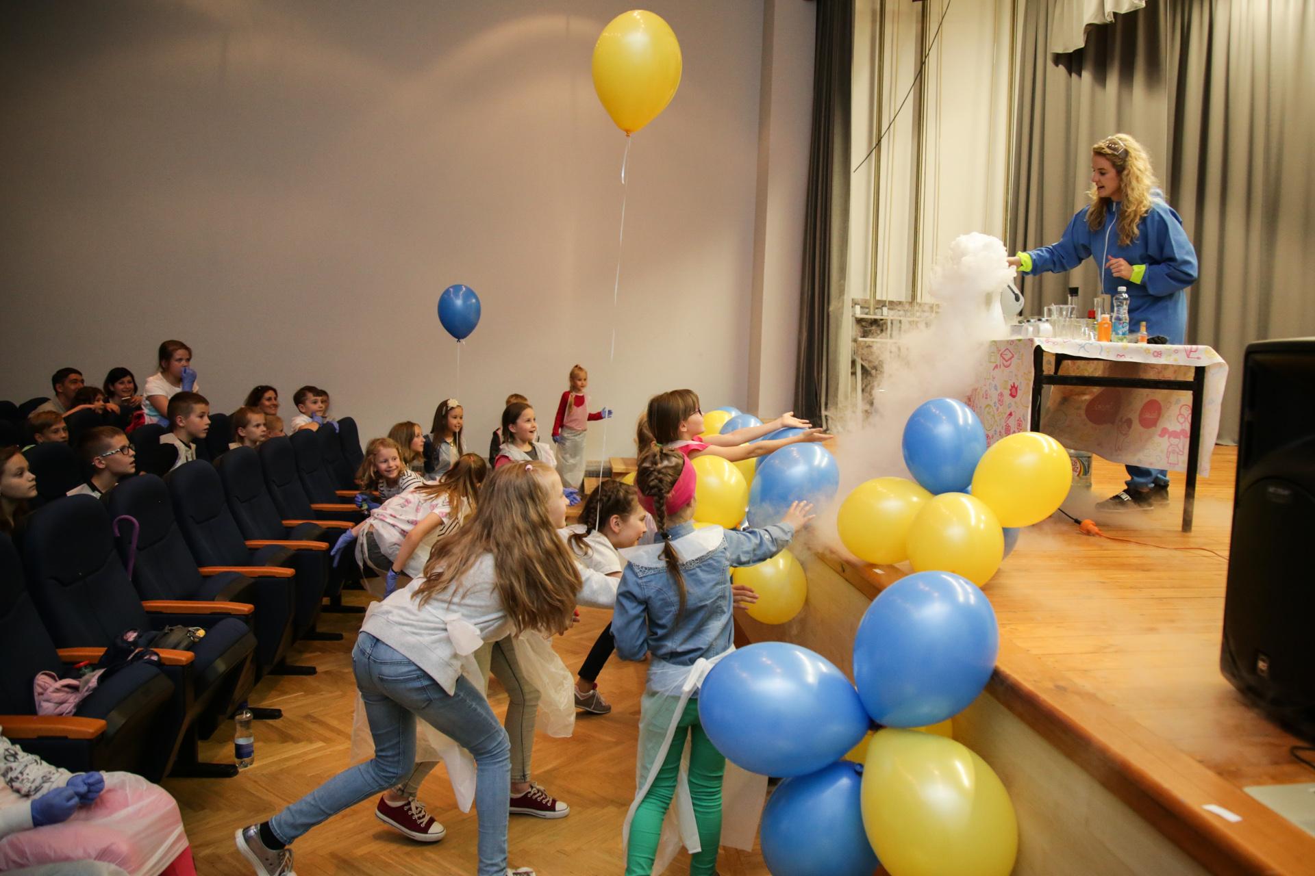 """Šiemet jaunieji """"Lifosos"""" lankytojai turėjo puikią progą pamatyti ir savo rankomis prisileisti prie gausybės įvairiausių fizikos ir chemijos eksperimentų."""