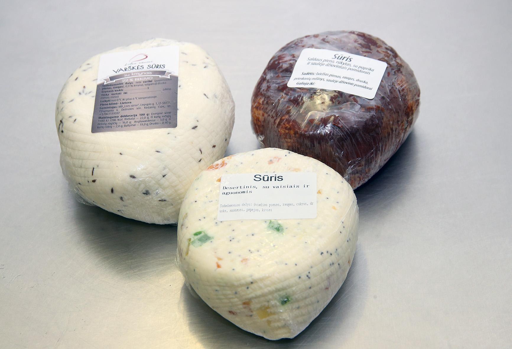 """Šiuo metu per parą """"Lilės sūriai"""" pagamina kiek daugiau nei 100 kg įvairių rūšių sūrio, čia dirba 7 samdomi darbuotojai. / Algimanto Barzdžiaus nuotr."""