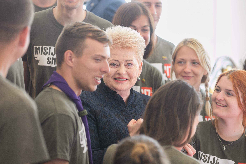 """""""Misija Sibiras 2017"""" dalyvių apsilankymo Prezidentūroje akimirka. Dešinėje – kėdainietė Emilė Jasulevičiūtė. BNS nuotr."""