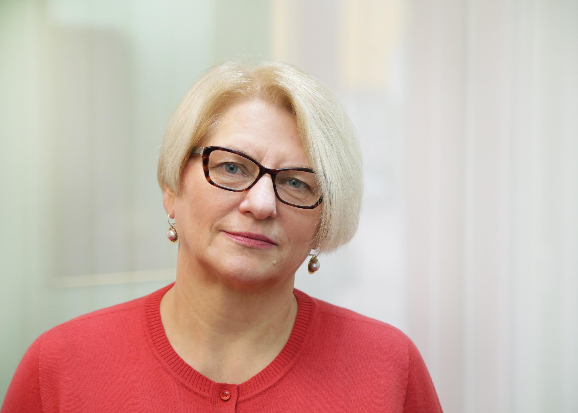 Tarybos narė N. Naujokienė, išgirdusi darbuotojų skundus, neslėpė pasipiktinimo dėl įmonės vadovų negebėjimo kalbėtis su žmonėmis, tartis, bendrauti.